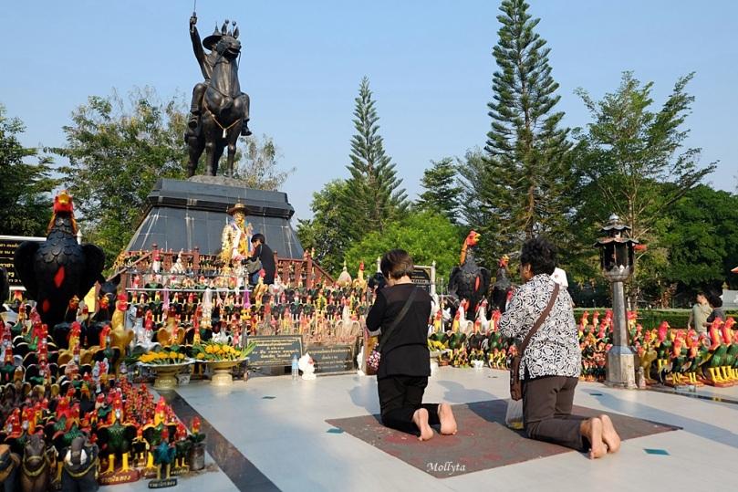 berdoa di Wat Huay Mongkol Hua Hin