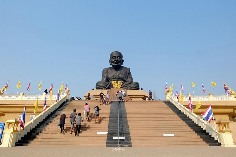 Patung biksu Luang Phor Thuad di Wat Huay Mongkol Thailand