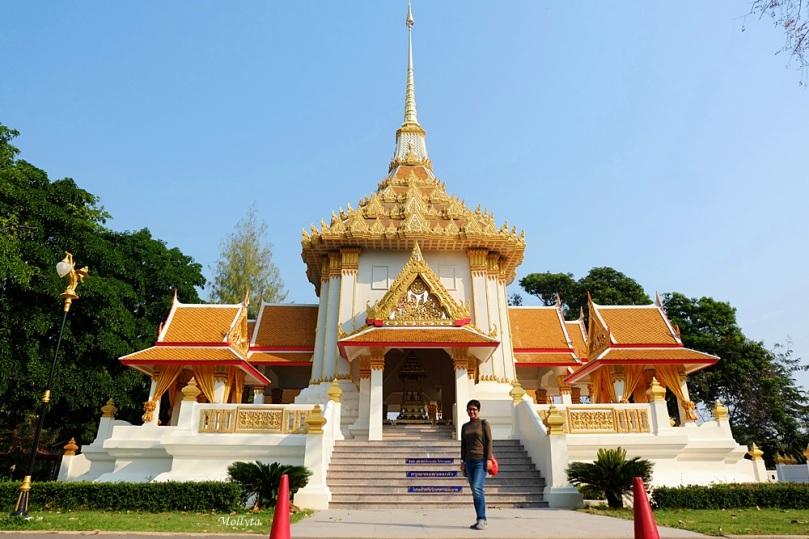 destinasi wisata terkenal Wat Huay Mongkol di Hua Hin