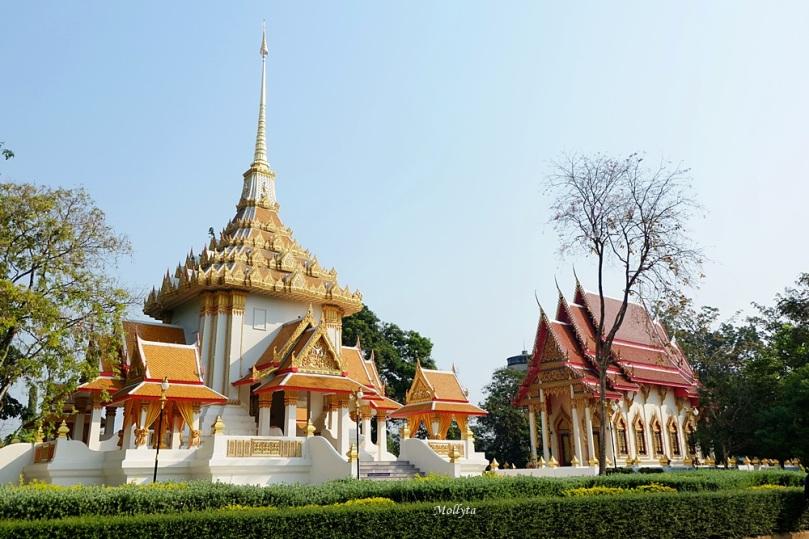 Kompleks kuil biksu terkenal Wat Huay Mongkol di Hua Hin