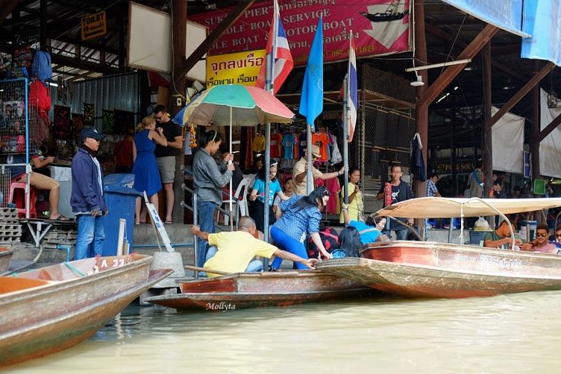 Naik perahu kayu di Damnoen Saduak Floating Market