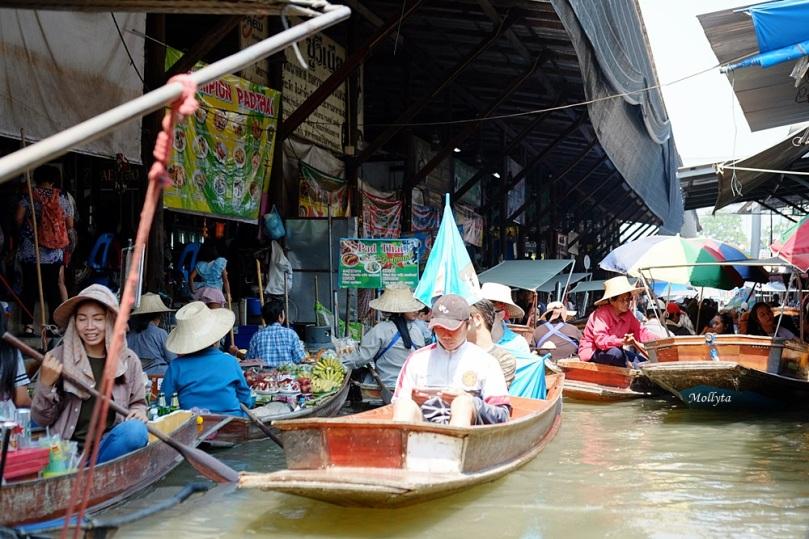 lalu lintas perahu padat di Damnoen Saduak Floating Market