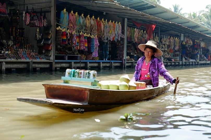 penjual di atas perahu Damnoen Saduak Floating Market
