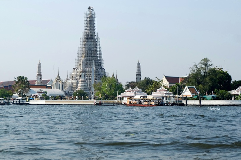 Wat Arun di tepi sungai Chao Phraya Bangkok