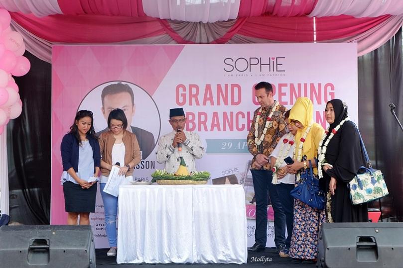 Pemotongan tumpeng dan baca doa di acara grand opening Sophie Paris di Medan