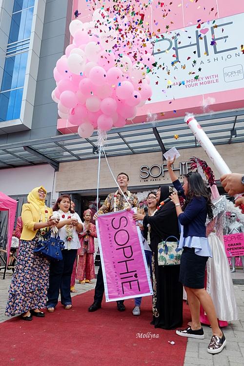 Pelepasan balon ke udara saat grand opening Sophie Paris di Medan