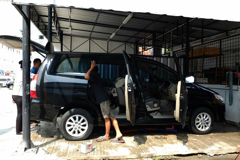 Membersihkan unit kendaraan