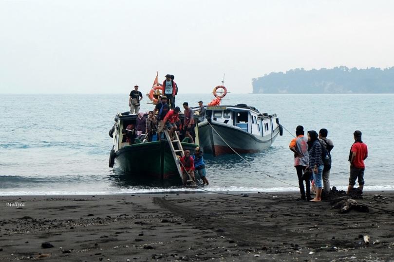 Kapal motor ke Puau Anak Krakatau