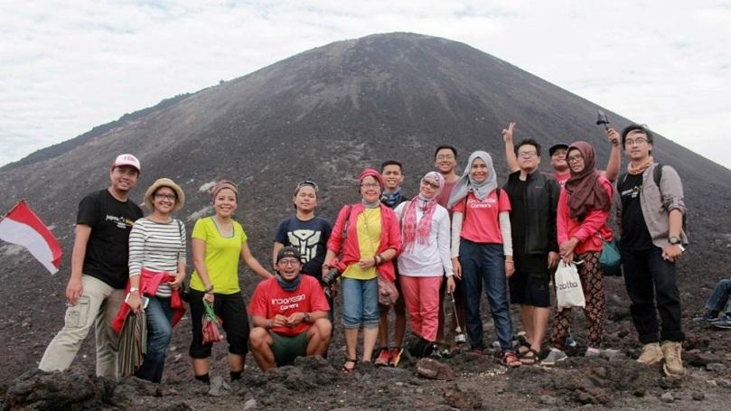 Berfoto dengan latar belakang Gunung Anak Krakatauu