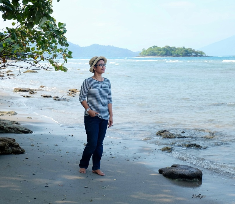 Berfoto di pantai Pulau Sebesi