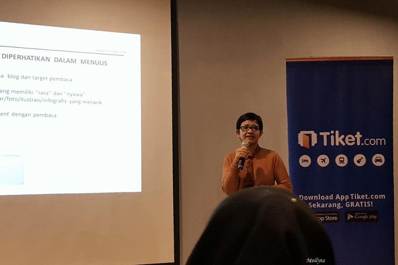Membawakan materi blogging di acara #NgopiBarengTiket Medan (Oktober 2016)