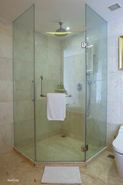 Shower box kamar Executive Deluxe JW Marriott Hotel Medan