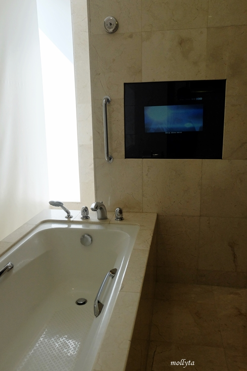 Bathtub di kamar Executive Deluxe JW Marriott Hotel Medan