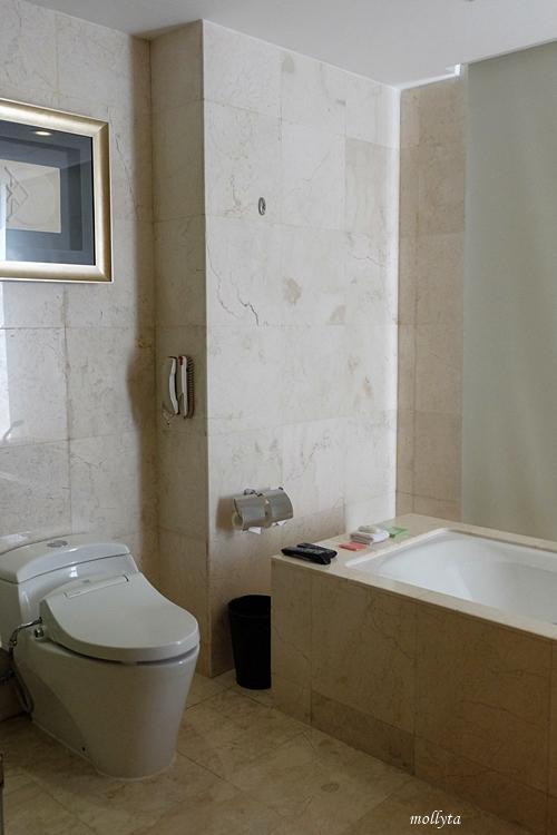 kamar mandi nyaman di JW Marriott Hotel Medan