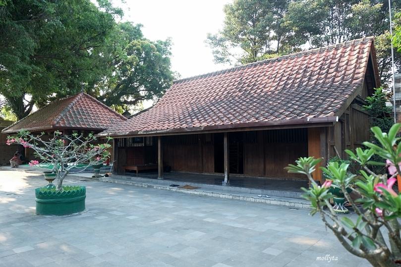 Bangsal para abdi dalem di komplek makam raja Mataram Kotagede