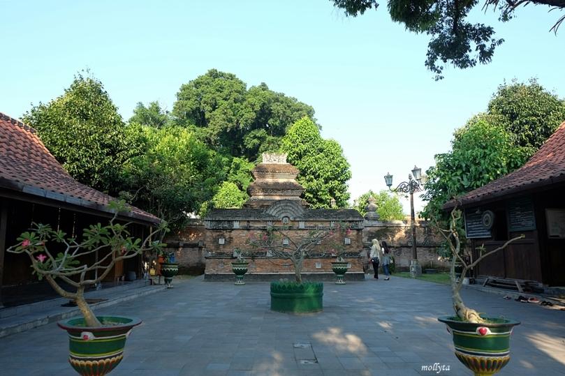 Suasana halaman komplek makam Raja Mataram Kotagede