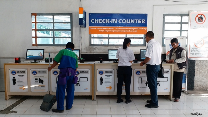 Check-in counter di stasiun Tugu