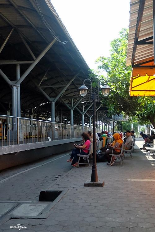 Menunggu di stasiun Tugu
