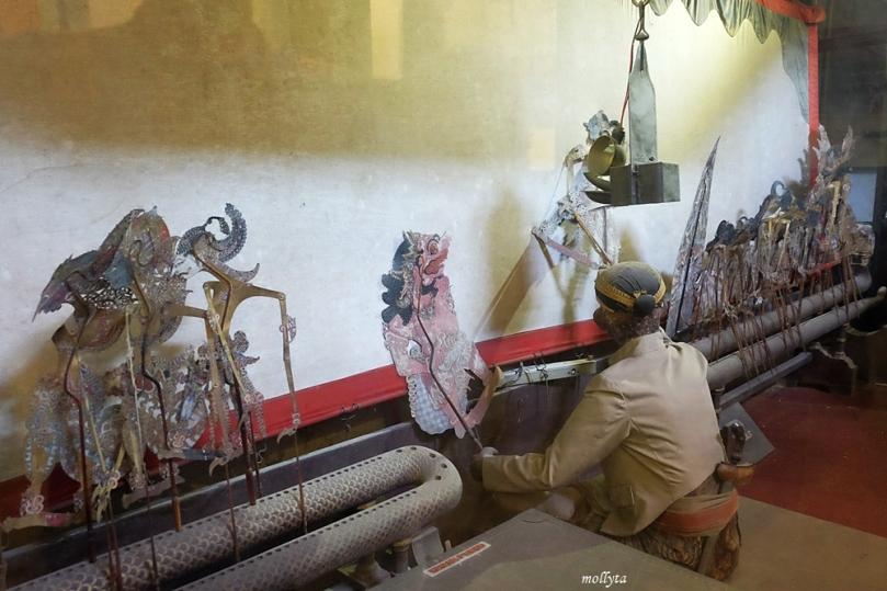 Permainan wayang kulit di Museum Keraton Surakarta