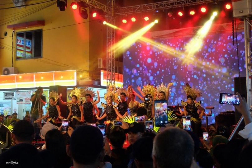 Tarian di acara Kampung Bule Funtastic Colour Night