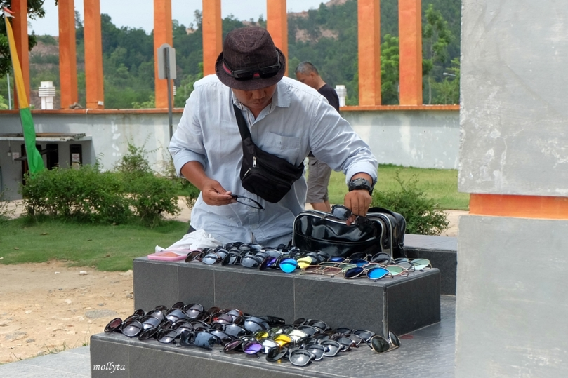 Penjual kacamata di jembatan Barelang