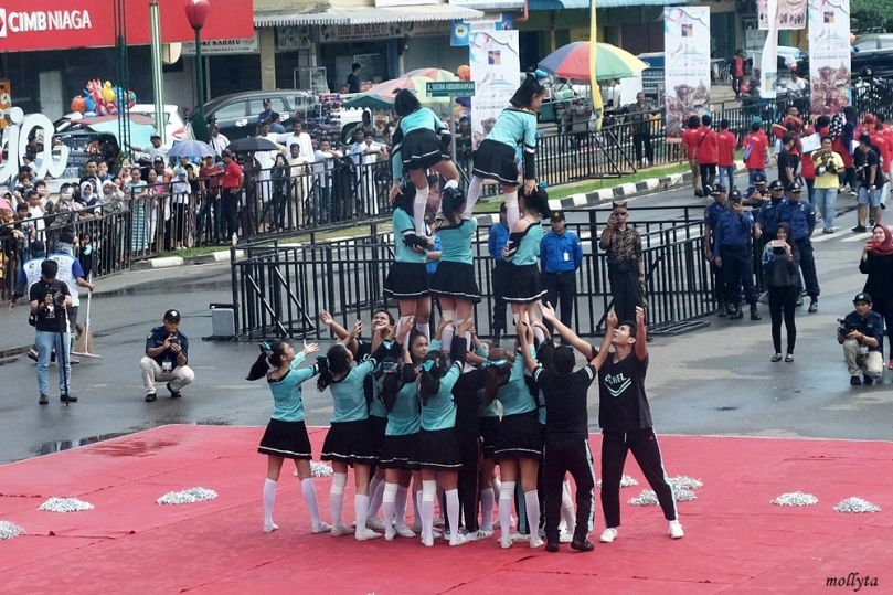 Aksi cheerleaders di Batam International Culture Carnival 2018