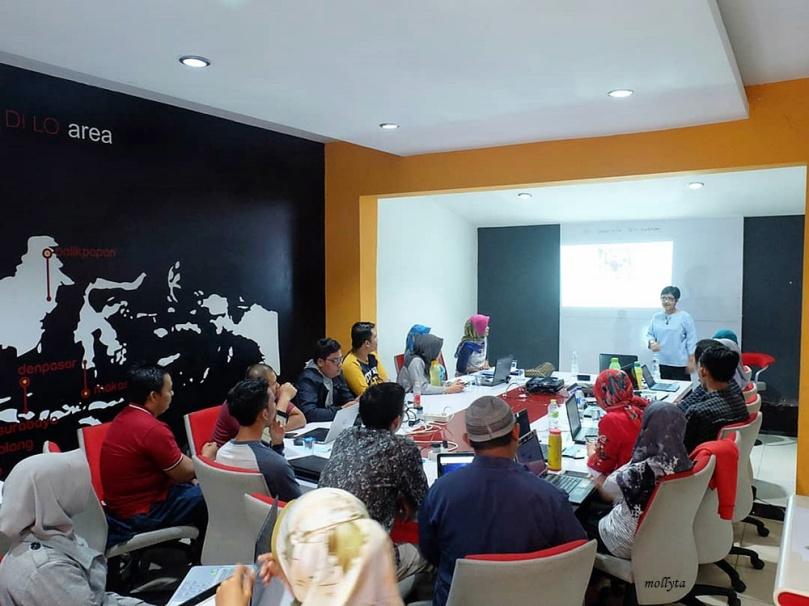 Mollyta pemateri pada Workshop Creative Content Writing Komunitas Blogger Medan 2019