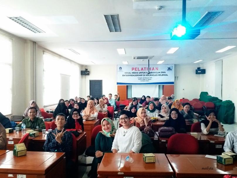 Mollyta menjadi pemateri pada pelatihan media sosial di UPB JJ- Universitas Terbuka Medan