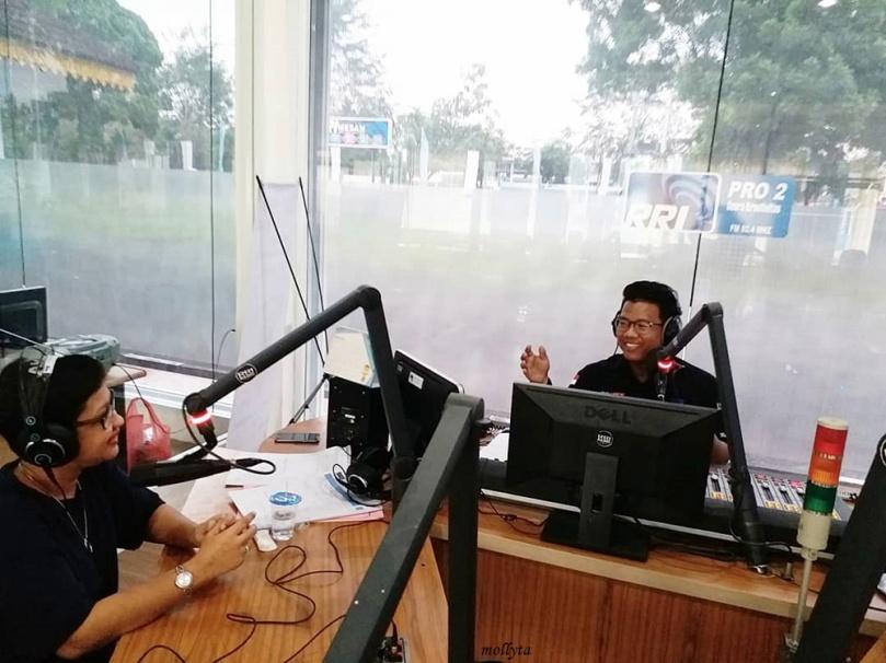 Mollyta sebagai blogger diwawancarai oleh RRI Pro-2 Medan