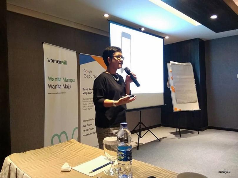 Mollyta blogger Medan yang menjadi fasilitator WomenWill Gapura Digital Medan