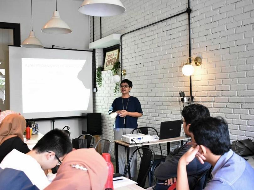 Mollyta blogger yang menyampaikan materi di Kelas Blogger Medan