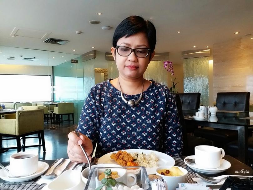 Menikmati sarapan di Radisson Medan