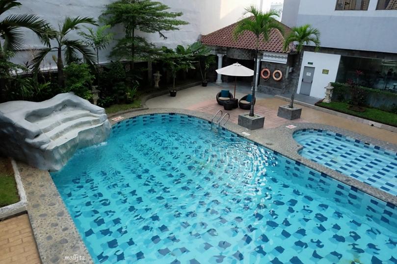 Pool di lantai 2 Radisson Medan