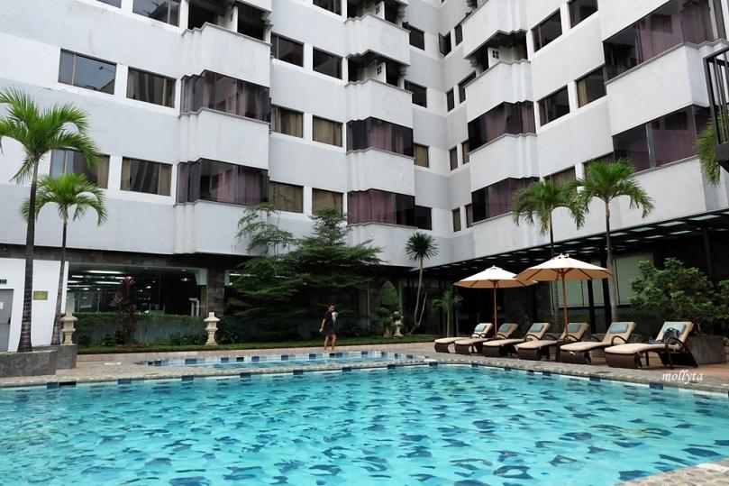 Suasana di Pool Radisson Medan