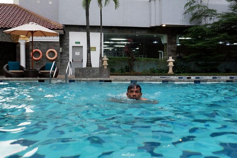 Renang di pool Radisson Medan