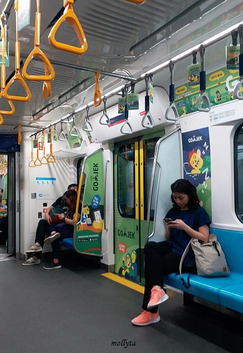 Di dalam kereta MRT Jakarta