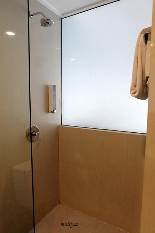 Shower area di Hotel Neo Tendean