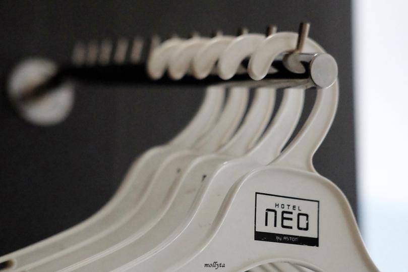 Hanger pakaian di Hotel Neo Tendean