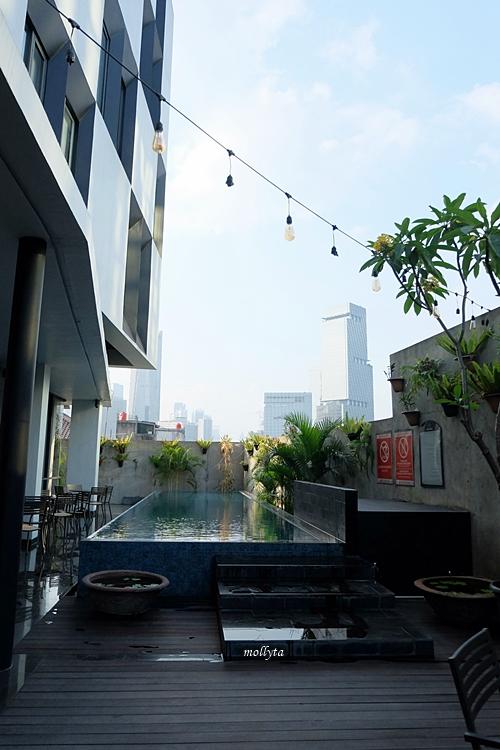 Suasana kolam di Hotel Neo Tendean