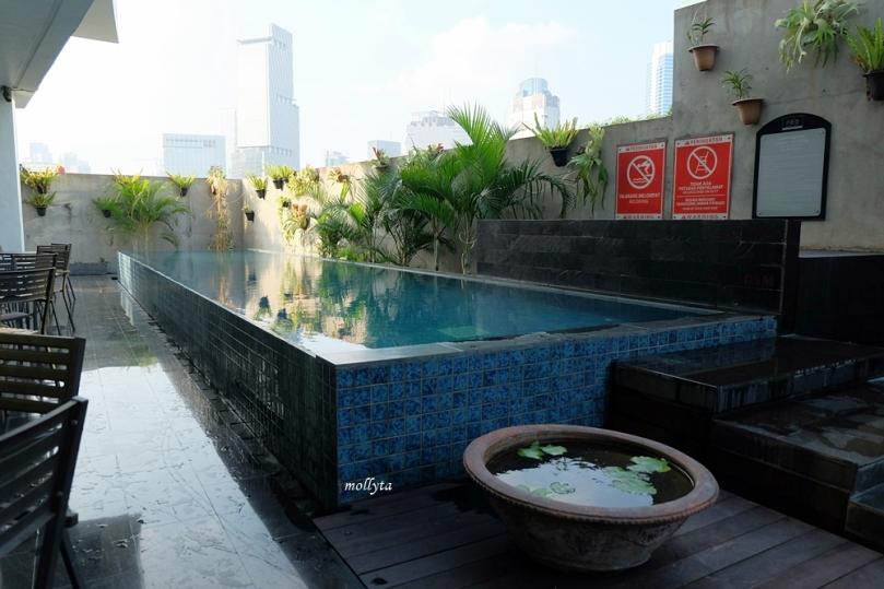 Kolam renang di Hotel Neo Tendean Jakarta