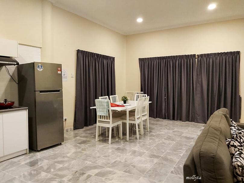 Ruang makan di Palmville Resort Condominium