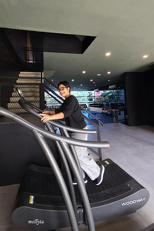 Mencoba treadmill di Black Gold
