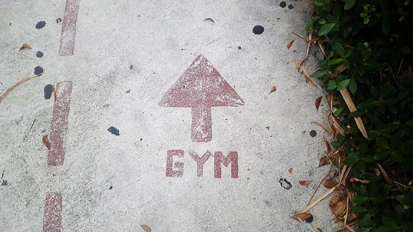 Olahraga di gym FamFit