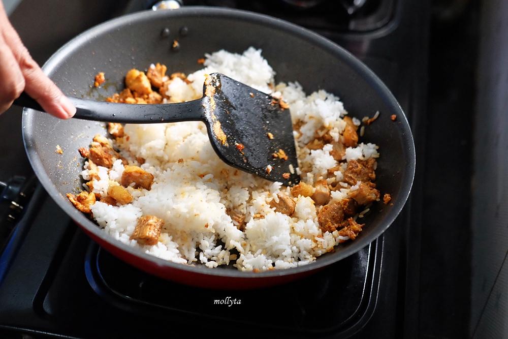 Masak nasi goreng bumbu Adabi di rumah