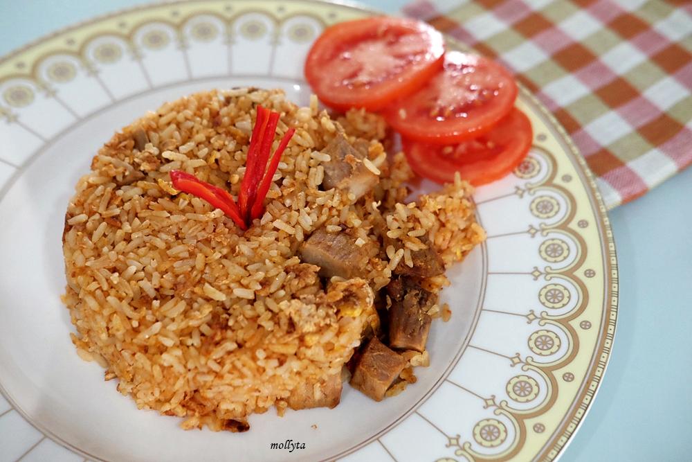 Membuat nasi goreng dengan bumbu Adabi